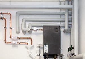 Beim Heizung warten sollte immer auch ein Blick auf das Rohrsystem der Heizungsanlage geworfen werden. Nicht immer ist es so neu und so vorbildlich ausgeführt wie im Bild.